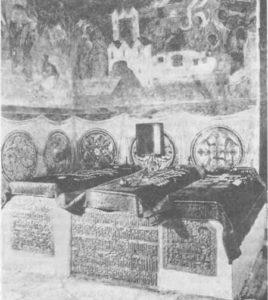 «Усыпальница Ивана Грозного. Интерьер. Надгробия усыпальницы не закрыты поздними футлярами; на них лежат подлинные покровы XVII в.»